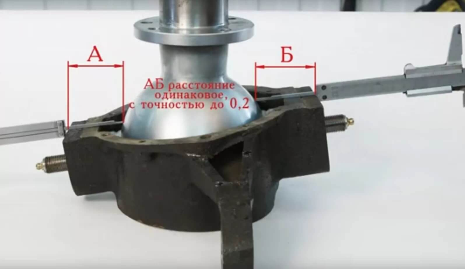 Проверка зазоров шаровой опоры штангенциркулем