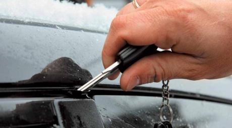 Чем открыть замерзшие двери машины