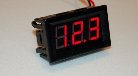 Встроенный цифровой вольтметр