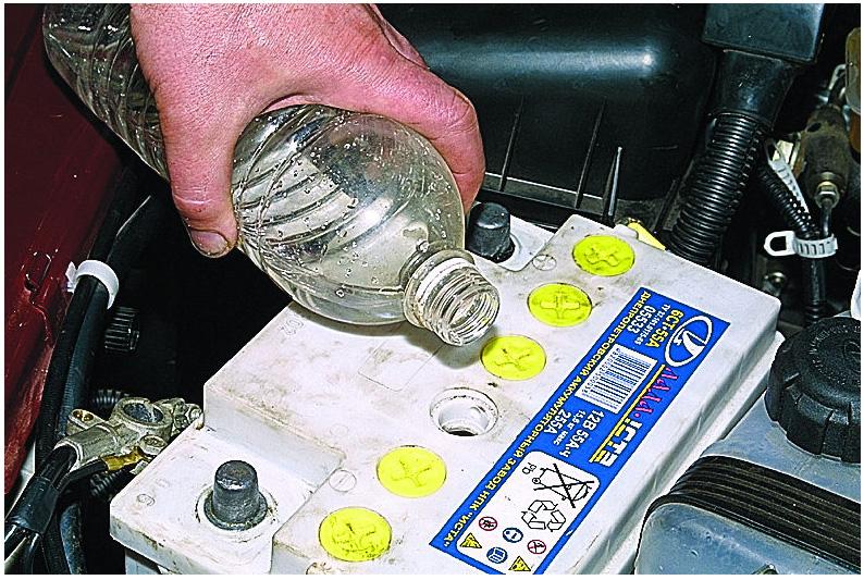 Доливка дистиллированной воды или электролита в аккумулятор