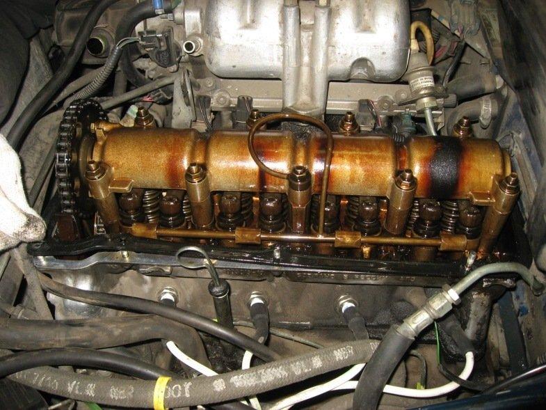 Двигатель Шевроле Нива со снятой клапанной крышкой
