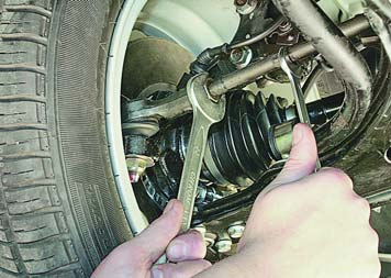 Изменение длины рулевой тяги для регулировки схождения колес