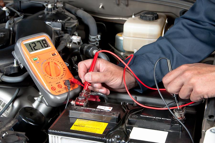 Измерение напряжения аккумулятора на автомобиле