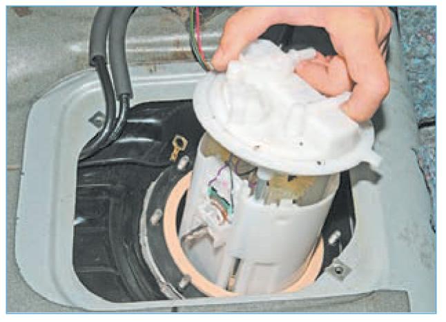 Извлечение топливного насоса из бензобака