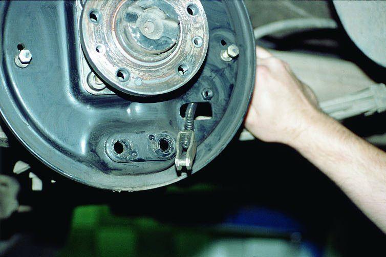 Извлечение троса из опорного щитка задних колес