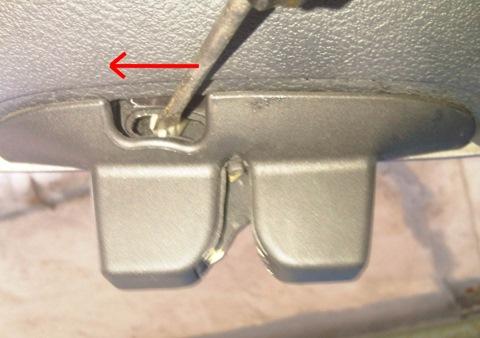 Как открыть багажник отверткой