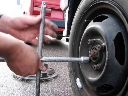 Как заменить колесо автомобиля