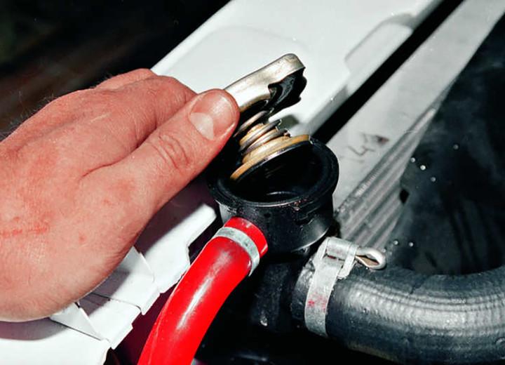 Пробка для слива охлаждающей жидкости с радиатора