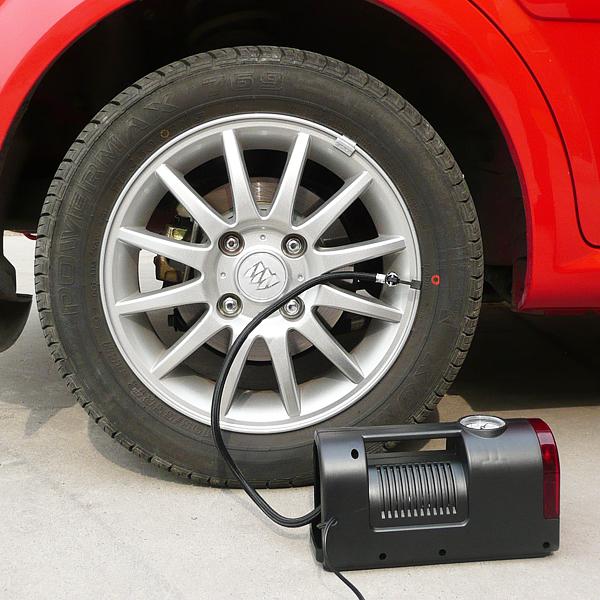 Накачивание шины с помощью электрического автомобильного насоса