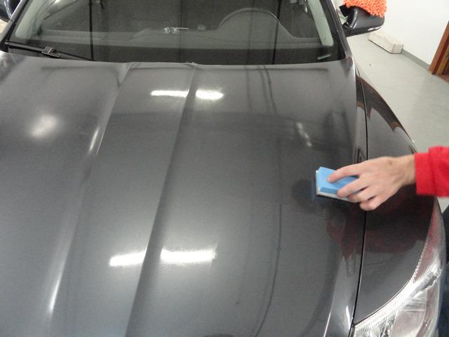 Нанесение жидкого стекла с помощью губки