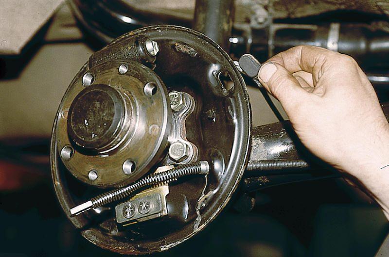 Ослабление фиксации тормозных колодок