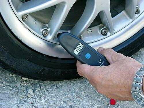 Проверка давления в шинах с помощью электронного манометра