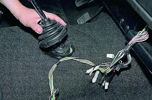 Снятие чехла рычага переключения передач