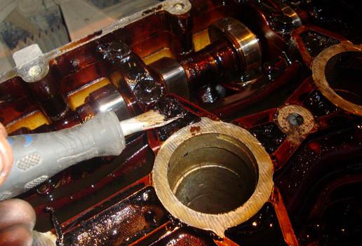 Так выглядит грязное и старое масло в головке блока цилиндров