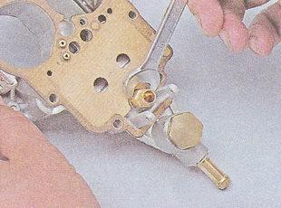 Устанавливаем новый игольчатый клапан с седлом