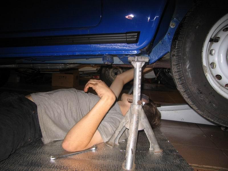 Установка автомобиля на подпорках