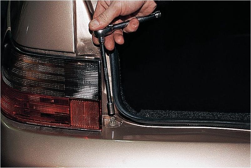 Верхний болт крепления заднего бампера ВАЗ 2111
