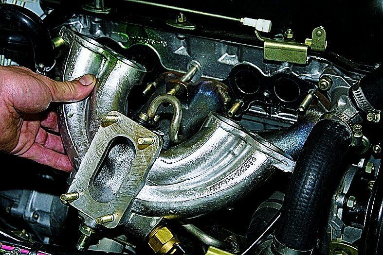 Впускной коллектор карбюраторного двигателя
