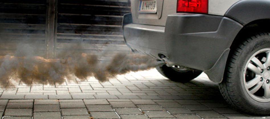 Выхлоп дизельного двигателя во время разгона машины