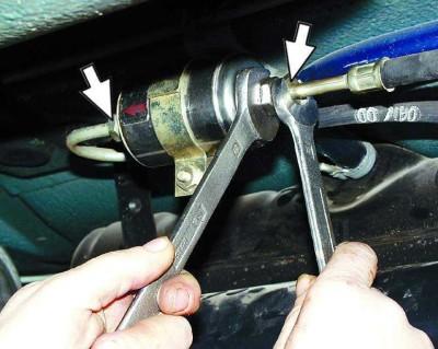 Замена фильтра под днищем автомобиля